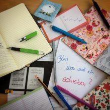 Stifte und Blöcke bunt auf dem Schreibtisch