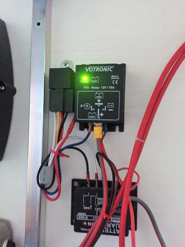 Batteriemanagement und Relais, welches entscheidet, ob während der Fahrt geladen wird oder nicht