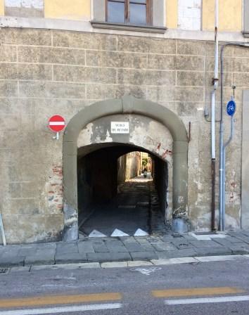 Pisa - da passt auch nur ein Motorroller durch