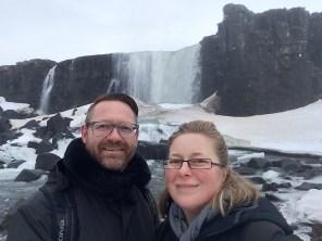 Wir zwei vor einem künstlichen Wasserfall aus dem Jahr 1000
