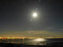 Der Mond (nicht die Sonne) über Reykjavik