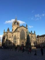 St. Giles mit dem Wahrzeichen der Stadt, der Krone