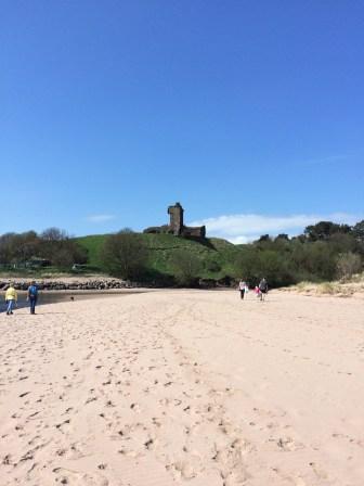 Strand bei Montrose mit der roten Burg