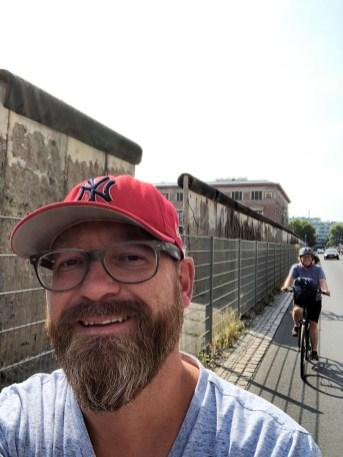An der Mauer lang