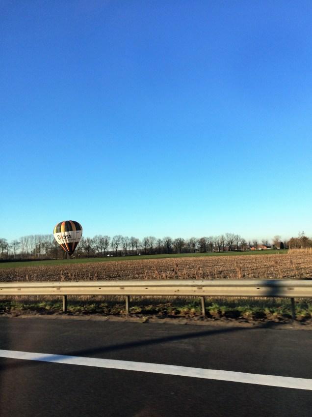 Auf dem Weg - Ballonfahrer am Straßenrand