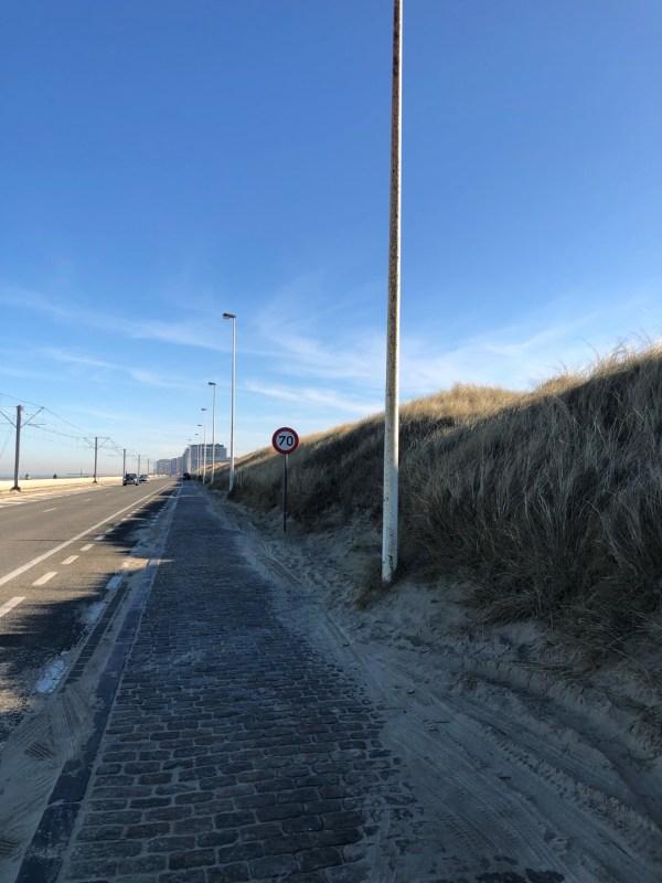Straße durch die Dünen in Ostend