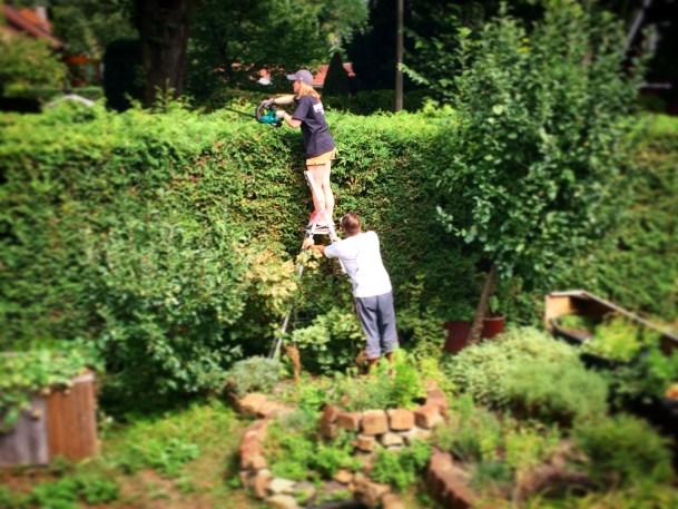 Vater und Tochter bei der Gartenarbeit