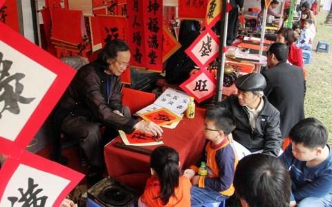 Xin chữ đầu năm tại Hồ Văn. (Ảnh: Viết Thành)