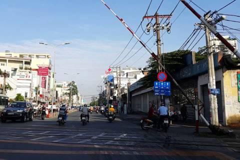 Đường ray xe lửa Hoàng Văn Thụ- Phú Nhuận, Saigon Vietnam - YouTube