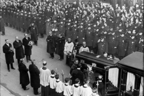 Hàng trăm cảnh sát dự lễ tang của James Masterson tại khu vực nhà thờ. Ảnh: New York Daily News
