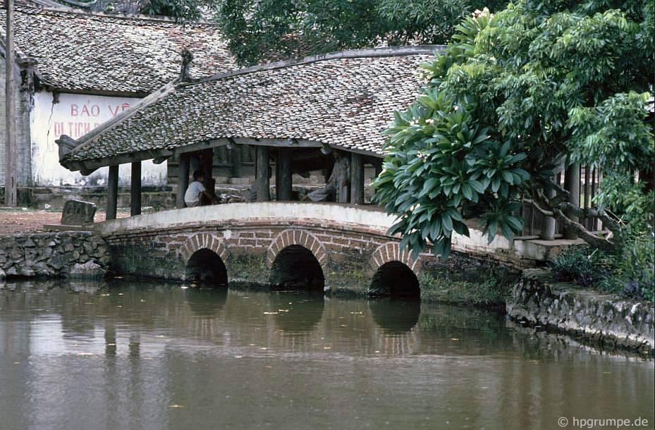 Chὺa Chua Thầy: cây cầu cῦ