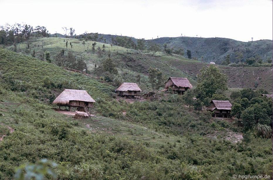 Làng Thượng ở phίa trước Khe San
