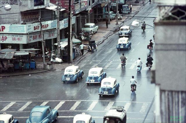 Hὶnh ἀnh được chụp từ nᾰm 1970, theo như Duong Hiep đây cό thể là đường Nguyễn Trᾶi khύc Quận 5