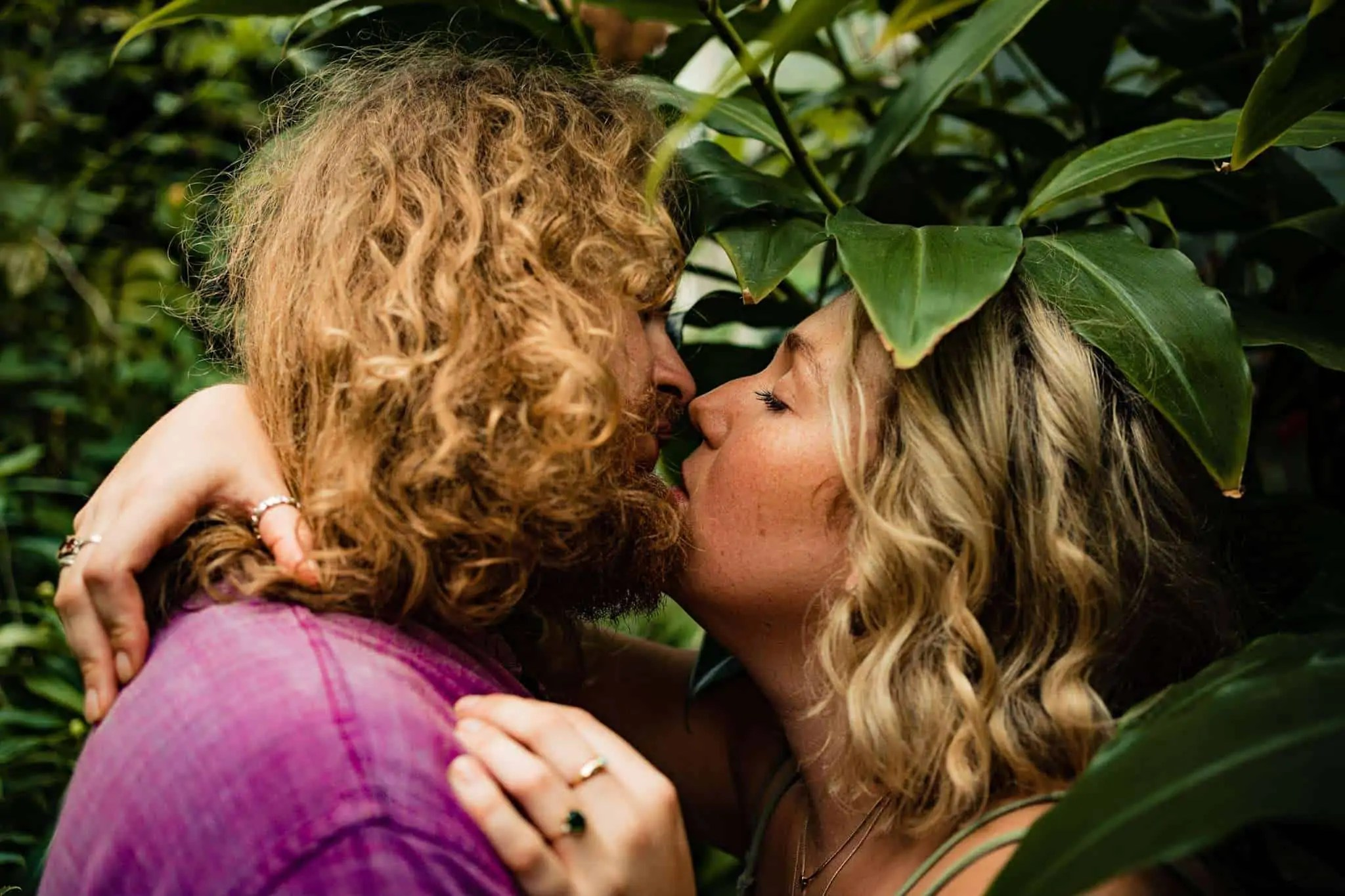 A couple share a kiss in Oxford Botanical gardens