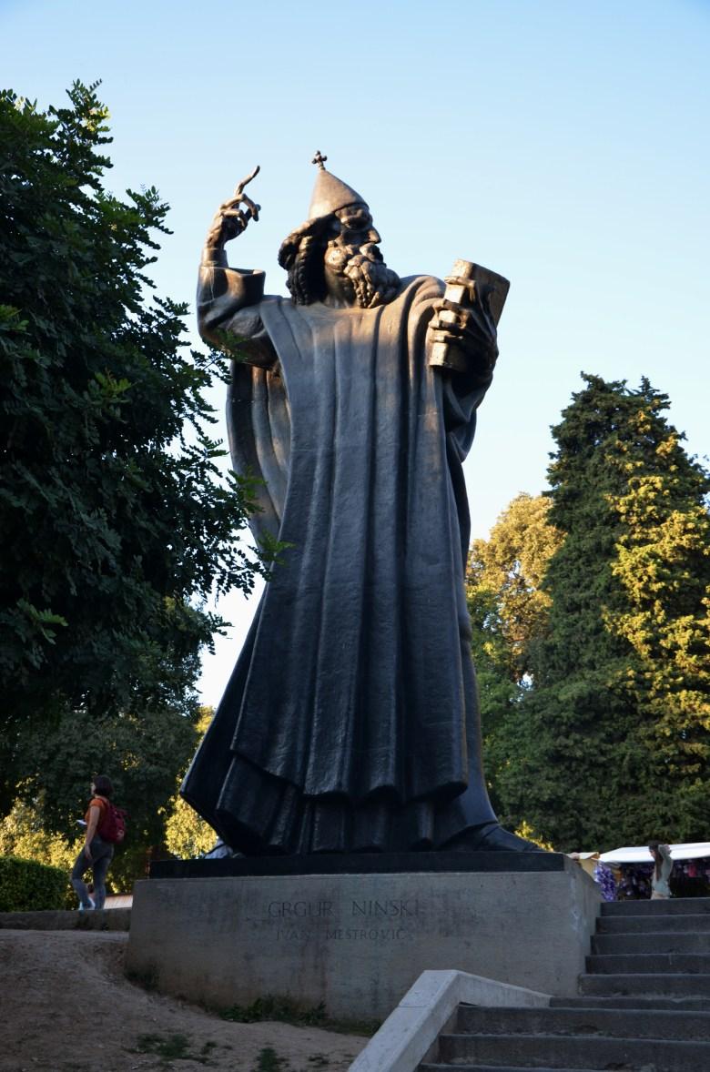 estátua grgur ninksi- porta aurea - cidade histórica - split - croácia - dalmácia