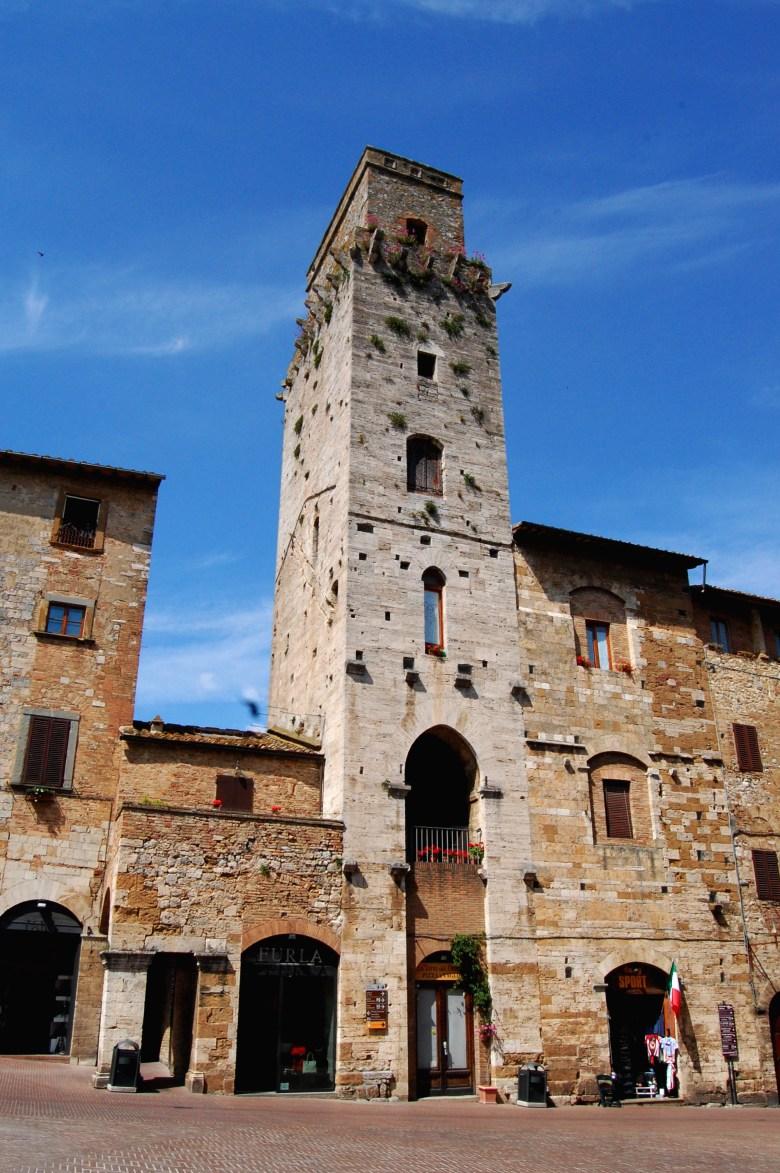 piazza-della-cisterna-san gimignano-toscana-italia-pontos-turisticos