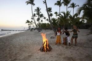ragazzi in spiaggia durante il viaggio in repubblica dominicana con zaino in spalla