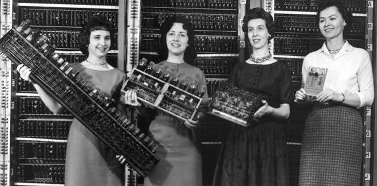 Quatro das primeiras programadoras da Universidade da Pensilvânia segurando partes do ENIAC, precursor dos computadores modernos.