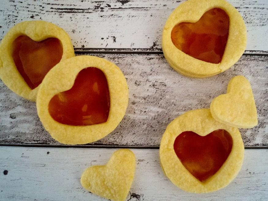 Gruyère-Plätzchen mit Hagebutten-Gelee