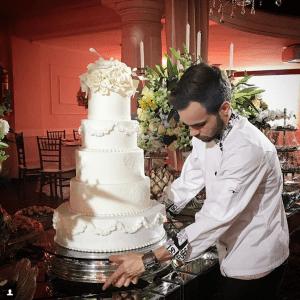 Je suis un pâtissier aventureux, diplômé en gastronomie à l'Université de Joinville-SC, Brésil où je suis né. La passion pour la pâtisserie artistique a suscité mon désir de rechercher et d'améliorer cet art, apportant des nouvelles des plus importants et renommés maîtres pâtissiers du monde. Après plus de dix ans d'expérience, j'ai pu comprendre l'importance et la tradition d'un gâteau décoré, que ce soit pour un mariage, un anniversaire ou un évènement corporatif. Mon objectif va au-delà du simple plaisir du palais, je veux offrir un mélange de sensations visuelles percutantes en plus de la saveur unique de la première bouchée qui éveilleront tous les sens. N'hésitez pas à parcourir ma page et prendre contact. Merci d'avoir visité mon site et bientôt à l'Atelier…