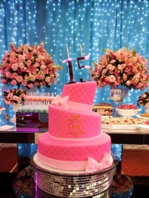 Gâteau de anniversaire - montreal - quebec - Anniversary - cake - Gâteau de fête - Party cake - Gateau personalise sur mesure customisé - custom cake - rose pink - etage layers 15 ans years - noeud bow