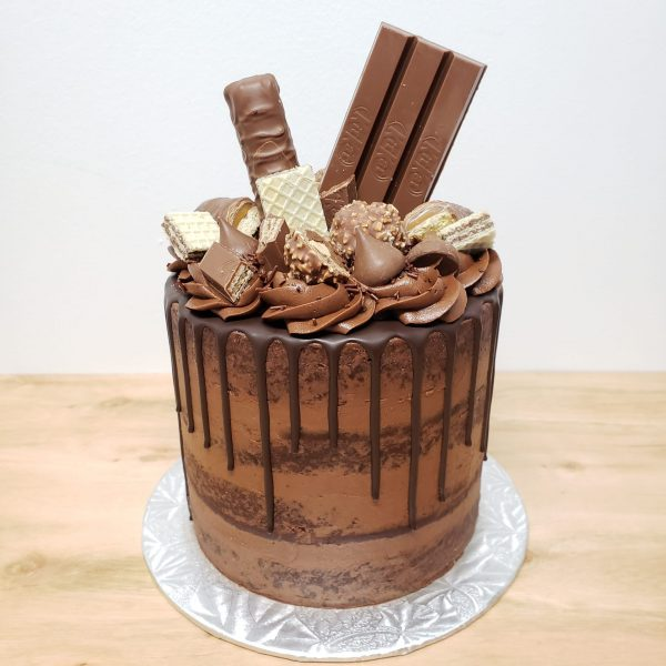 Gâteau d'anniversaire au chocolat avec kit-kat, kiss, ferrero rocher et coulis au chocolat -montreal-quebec-Anniversary-cake- Gâteau de fête-chocolat- chocolate cake with drip.