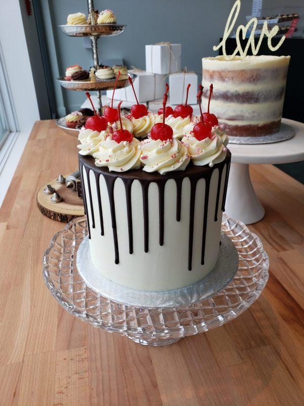 Gâteau festif à la vanille, avec coulis au chocolat noir et garni de cerises - anniversary vanilla cake