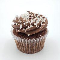 Cupcake au Chocolat avec glaçage au chocolat, garni de crème à la noix de coco.