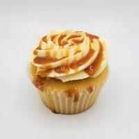 Cupcake à la Vanille, garni de caramel fleur de sel avec glaçage crème au beurre à la vanille.-Cupcake vanilla with salted caramel