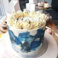 Gâteau en crème au beurre spatulé Blanc et blue avec bonbons et perles sucrés