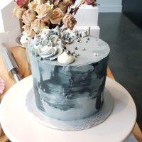 Gâteau d'anniversaire spatulé gris et blanc