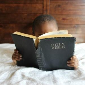 criança com Bíblia