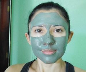 mulher com máscara facial natural de argila