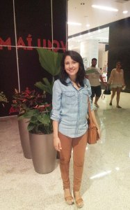 Calça-caramelo-blusa-jeans