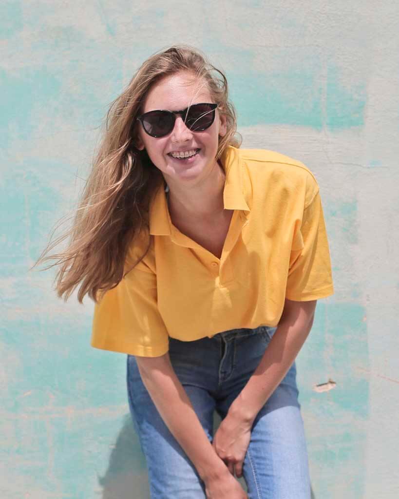 mulher com blusa amarela