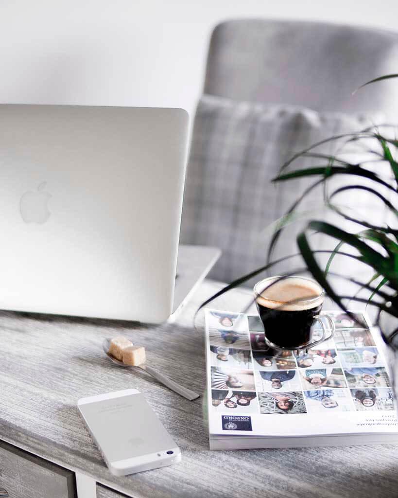 notebook, revista e café