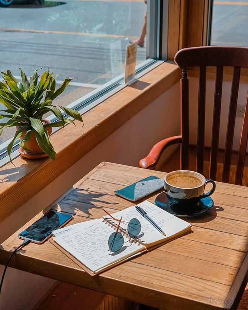 cadeira, xícara de chá , caderno, celular