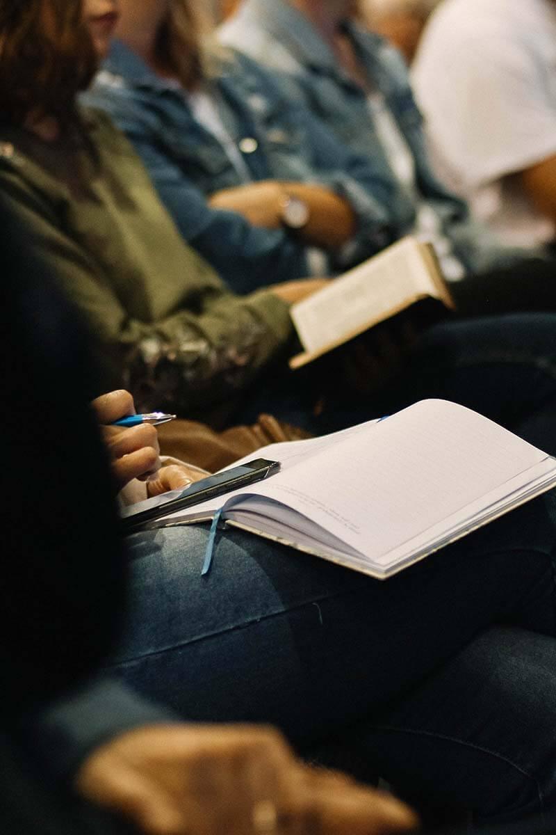 A imagem mostra um grupo de cristãos reunidos