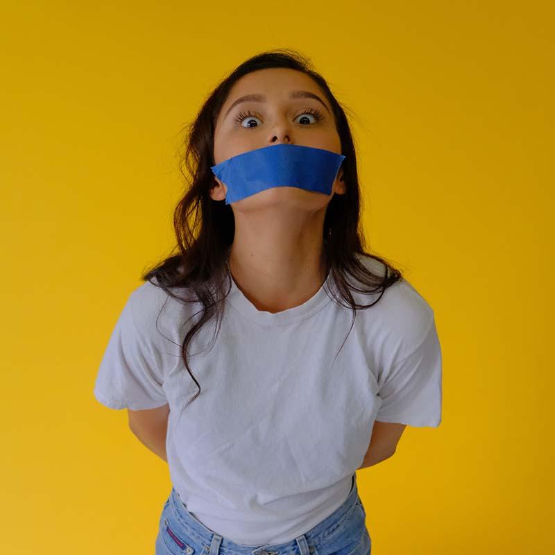 moça com boca fechada por fita adesiva