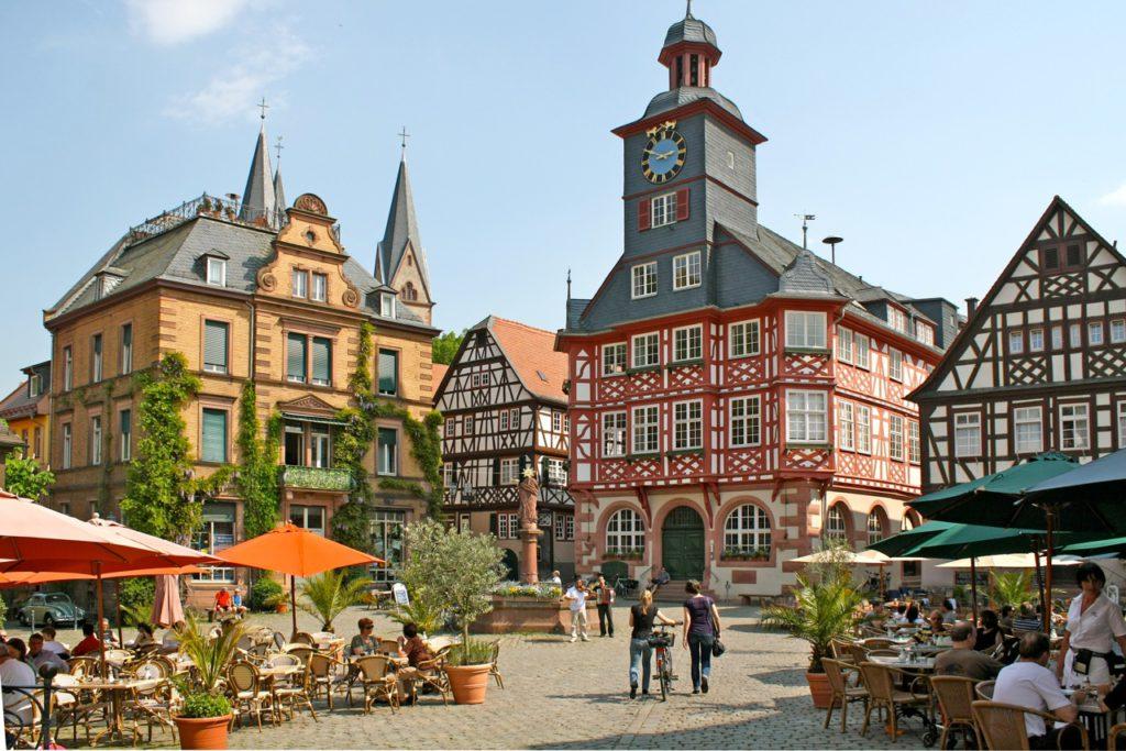 Duft-Reisende – Der Marktplatz mit Rathaus