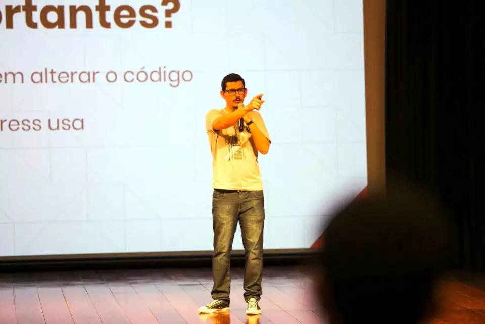 Felipe Elia palestrando no WordCamp São Paulo 2018