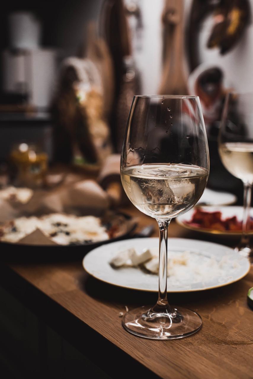 Weisswein und Pizza