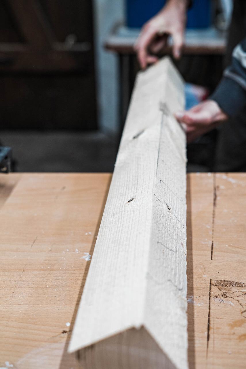 Abrichten der Holzbalken für das Untergestell