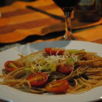 Espaguete com abobrinha e tomate cereja