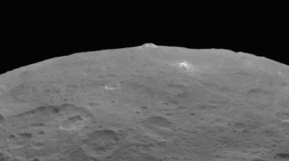 La montaña de Ceres en un detalle de una imagen del 14 de junio ().