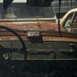 Vue à travers le pare-brise d'une voiture ancienne