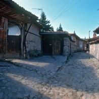 Rue pavée à Koprivchtitsa en Bulgarie
