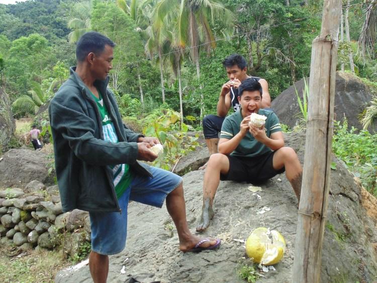 Eating pomelo at Maducayan, Natonin