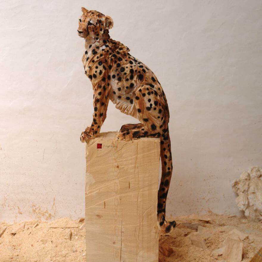 Jürgen Lingl-Rebetez lifelike wooden animals sculpted with a chainsaw