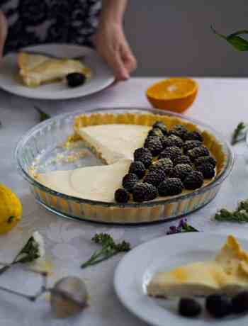 Delicious tart with creamy lemon filling, orange zest, white chocolate and fresh blackberries. Find the recipe at daniscookings.com
